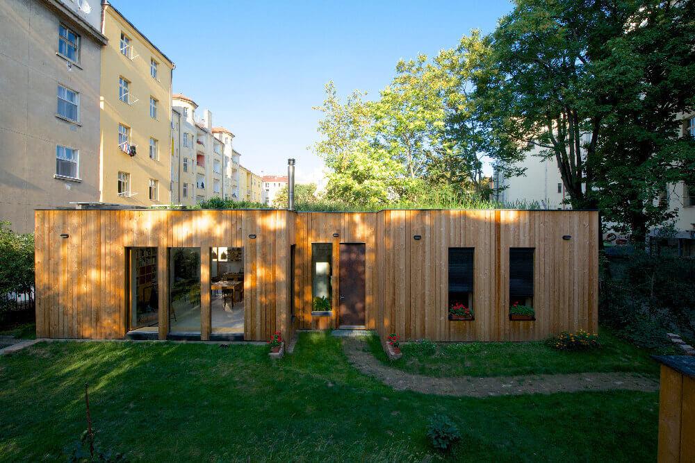 Dům se zelenou mokřadní střechou